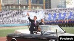 លោកនាយករដ្ឋមន្ត្រី ហ៊ុន សែន និងលោក ហេង សំរិន ប្រធានកិត្តិយសគណបក្សប្រជាជនកម្ពុជាចូលរួមក្នុងពិធីអបអរសាទរថ្ងៃជ័យជម្នះ ៧មករា លើកទី៤០ឆ្នាំ នៅពហុកីឡដ្ឋានជាតិអូឡាំពិក។ (រូបថតពីទំព័រហ្វេសប៊ុក Samdech Hun Sen, Cambodian Prime Minister)