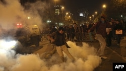 Ðụng độ giữa những người biểu tình chống xây đập thủy điện với cảnh sát tại Santiago, Chile, ngày 13 tháng 5, 2011
