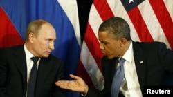 Presiden Rusia Vladimir Putin (kiri) dan Presiden AS Barack Obama bertemu di sela-sela KTT G-20 di Meksiko (18/6).