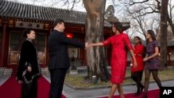 米歇尔.奥巴马身着美国印度裔设计师纳伊.姆汗设计的大红透纱玫瑰花图案七分袖连衣裙与中国家主席习近平会晤