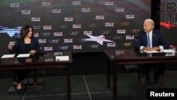 Demokratski predsednički kandidat Džo Bajden i senatorka Kamala Haris, njegova potpredsednica, potpisuju dokumenta potrebna da zvanično prime nominaciju svoje stranke, u Delaveru, 14. avgusta 2020.