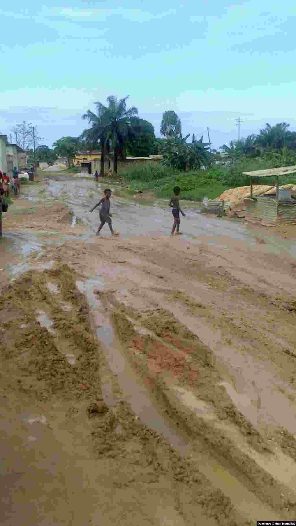 Ruas de Cabinda alagadas depois da chuva. Foto enviada pelo ouvinte Domingos, residente em Cabinda. Novembro 2014