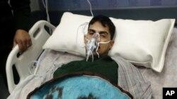 Salah satu korban kecelakaan kapal nelayan dirawat di rumah sakit el-Tor Hospital di South Sinai, Mesir, 14 Desember 2014.