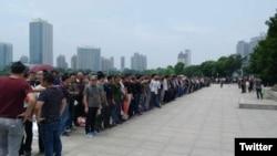 大批老兵在镇江市政府前抗议(推特图片)