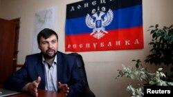 Denis Pushilin, ketua kelompok separatis pro-Rusia memberikan keterangan pers di Donetsk, Senin (12/5).