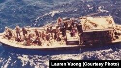 """Thuyền 'Thắng Lợi' chở gia đình Lauren Vương và 57 thuyền nhân Việt lênh đênh trên biển trong 10 ngày trước khi được tàu Virgo cứu vào ngày 29/6/1980. Lauren đã mất nhiều thập kỷ để tìm kiếm những người cứu mạng gia đình cô và đưa nó vào cuốn phim tài liệu """"Finding Virgo""""."""