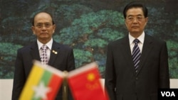 Presiden Tiongkok Hu Jintao menyambut Presiden Birma Thein Sein dalam upacara di Beijing (27/5).