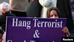 巴基斯坦儿童们举着的标语牌上写着:绞死恐怖分子,镇压恐怖主义