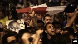 Kalangan muda Mesir yang kecewa dengan hasil pilpres putaran pertama kembali unjuk rasa di Lapangan Tahrir, Kairo (28/5).