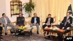 Thủ tướng Gilani (phải) họp với các nhà lãnh đạo đảng MQM