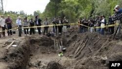 Başkent Montevideo'nun 40 km kuzeyindeki bir askeri üste bulunan toplu mezardaki kemiklerin diktatörlük döneminde gözaltında kaybolanlara ait olduğu sanılıyor.