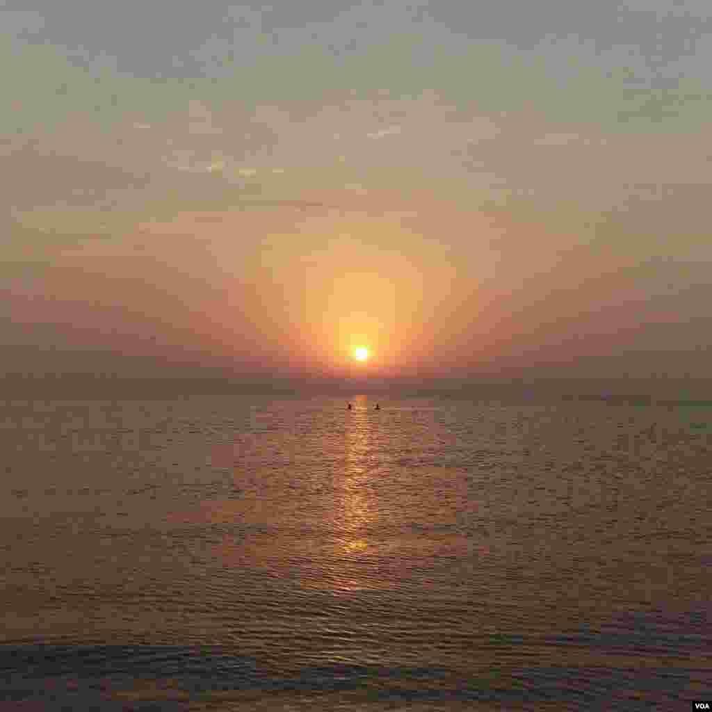 طلوع آفتاب در ساحل چمخاله عکس: الیاس حیدری (ارسالی شما)