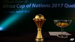 Le trophée de la Coupe d'Afrique des Nations (CAN) est exposée lors de l'élection du Gabon pour accueillir l'édition 2017 de la CAN, au Caire, en Egypte, le 8 avril 2015.