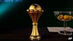 Le trophée de la Coupe d'Afrique des Nations (CAN) est exposée lors de l'élection du Gabon pour accueillir l'édition 2017 de la CAN, au Caire, Egypte, 8 avril 2015.