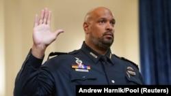 Kongre Polis Gücü memurlarından Harry Dunn ifade vermeden önce yemin ederken