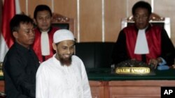 Sidang pengadilan Umar Patek tersangka teroris Bom Bali 2002 (foto: dok). UU baru memberi pihak berwajib wewenang untuk membekukan rekening bank dan menyita aset-aset kelompok-kelompok radikal.