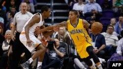 Joe Young, à droite, tente de dribbler Brandon Knight lors d'un atch de NBA entre Indiana et Phoenix, USA, le 19 janvier 2016.