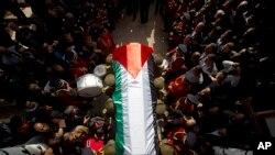 Anggota pasukan keamanan Palestina membawa jenazah Mentor Ziad Abu Ain ke tempat pemakaman Ramallah, Tepi Barat (11/12)