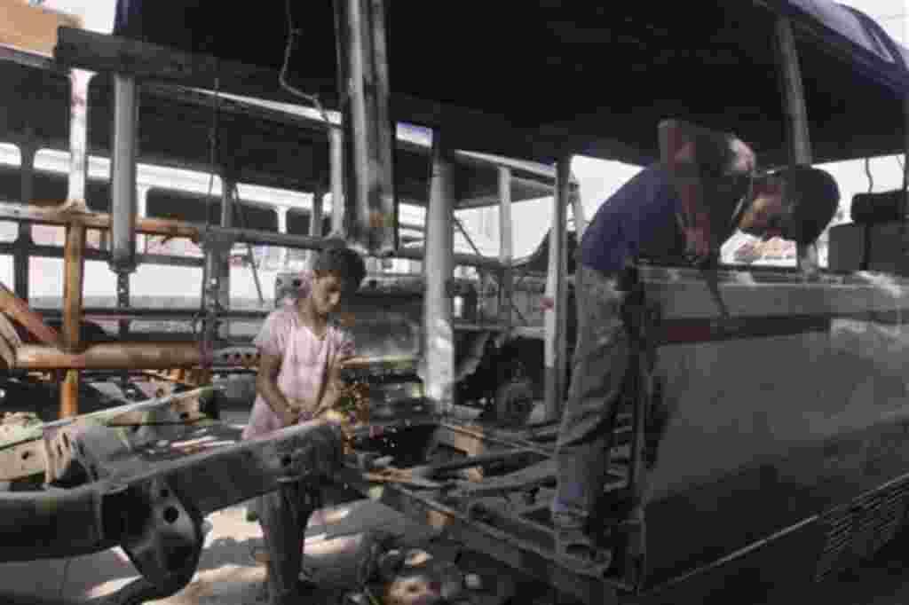 Varios niños paquistaníes trabajan en un taller de motores en Lahore, Pakistán.