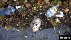 Una máscara de Halloween junta a botellas vacías y basura en las afueras del estadio Madrid Arena, donde 4 chicas murieron durante una megafiesta de Halloween.
