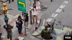 Xe bọc sắt tiến vào giao lộ gần nơi diễn ra cuộc biểu tình nhỏ, trong thủ đô Bangkok, phản đối đảo chính, 1/6/14