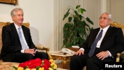 William Burns li Qahîrê ligel serokê demkî yê Misirê Adli Mansûr kom bû, Duşem, 15'ê Tîrmehê, 2013.