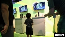 "Seorang anak berumur 8 tahun bermain video game ""Far Cry"" dalam pameran di Los Angeles, California, AS (foto: dok)."