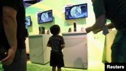 """Seorang anak berumur 8 tahun bermain video game """"Far Cry"""" dalam pameran di Los Angeles, California, AS (foto: dok)."""