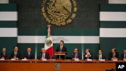 El presidente de México, Enrique Peña Nieto, y representantes de diversos sectores del país durante el anuncio del pacto para evitar alzas en los productos de primera necesidad.