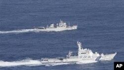 在這張由日本海上保安廳發佈的照片上,日本海上保安廳的一艘船隻(下)和一艘中國漁業巡邏艇上個星期二在日本稱為尖閣列島﹑中國稱為釣魚島附近海域並排行駛。