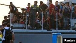 Penjaga pantai Italia membantu para migran naik ke kapal mereka dalam operasi penyelamatan di Pulau Kos, Yunani (foto: dok). Penjaga pantai Italia menyelamatkan hampir 2.000 migran hari Senin (11/4) di lepas pantai Libya.