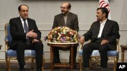 Firayim minista Nouri al-Maliki na Iraqi (hagu) yana tattaunawa da shugaba Mahmoud Ahmadinejad na Iran (dama), litinin 18 Oktoba 2010 a birnin Teheran. Tafinta ne ke zaune a tsakiyarsu.