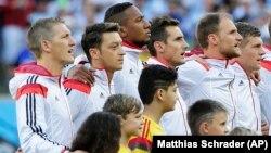 Alman Milli Takımı'nın başarılı oyuncusu Mesut Özil, milli maçlarda Alman Milli Marşı'nı söylememesiyle dikkat çeken oyunculardan biri.