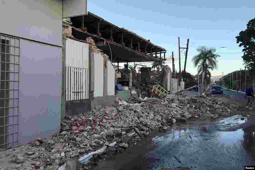 Esta imagen muestra una tienda en Guanica, dañada tras el terremoto.