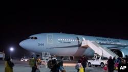 從阿富汗撤出的法國人和阿富汗人在阿布扎比登上法國軍用飛機飛往法國(2021年8月26日)