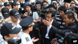 """""""歲月號""""渡輪乘客的家屬在6月10日的法院預審後,向警方要求與被起訴的該渡輪的船員會面"""