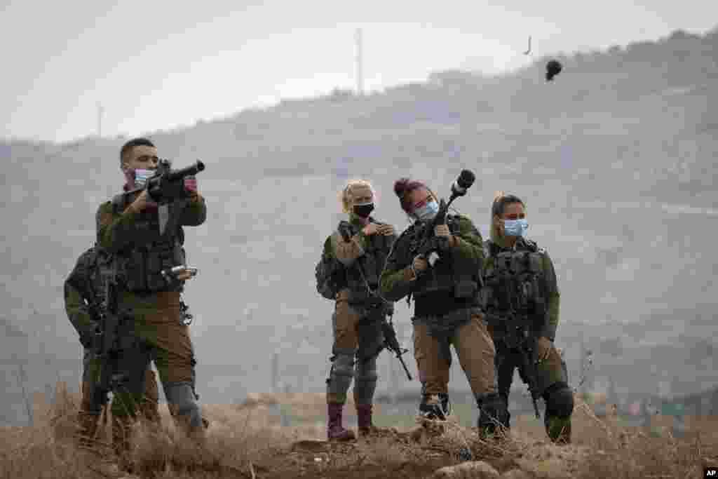 نیروهای نظامی اسراییل به سمت معترضان فلسطینی در کرانهٔ غربی رود اردن گاز اشکآور شلیک میکنند.