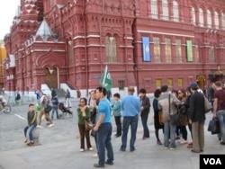 越来越多中国人去俄罗斯旅游。夏季莫斯科红场上的中国游客。