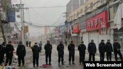 北京城乡接合部拆迁现场执勤的警察。(网络截图)