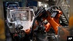 资料照:中国北汽集团工厂的工人正在组装吉普车(2018年8月29日)