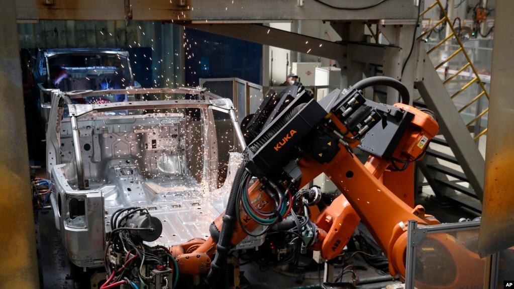 中国北汽集团工厂的工人正在组装吉普车
