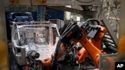 中國北汽集團工廠的工人正在組裝吉普車