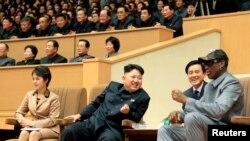 지난해 1월 평양을 방문한 전직 미국 프로농구 선수 데니스 로드먼(오른쪽)이 김정은 북한 국방위 제1위원장(가운데)과 함께 친선 농구 경기를 관람하고 있다.