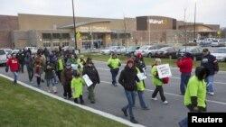 Trabajadores de Walmart en Chicago se unieron a la protesta nacional durante el tradicional Viernes negro.