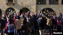 Warga yang dievakuasi dari China akibat merebaknya wabah virus korona, meluapkan kegembiraan mereka dengan melemparkan masker menandai usainya masa karantina mereka di Riverside, California, AS, 11 Februari 2020.