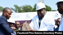 Président Félix Tshisekedi atiaki libanga ya bobandi misala ya botungi usine ya mayi ya Régideso na Ngaliema, Kinshasa, 23 décembre 2019. (Facebook/Tina Salama)