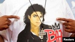 """Gambar Michel Jackson berjaket hitam tercetak di kaus Sutradara Spike Lee saat promosi film """"Bad 25"""" di Venesia, 31 Agustus 2018"""