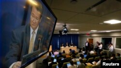 Sebuah layar menampilkan Dubes Korea Utara untuk PBB Sin Son-ho, dalam konferensi pers di Markas Besar PBB di New York (21/6).