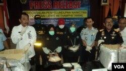 Dua perempuan pelaku penyelundupan narkoba di bandara Solo ditunjukkan oleh Kepala BNN Jateng (baju putih kiri) kepada media, di Solo, Jawa Tengah, Rabu (10/1).