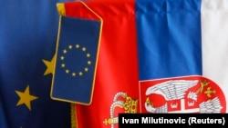 ILUSTRACIJA - Zastave EU i Srbije u prodavnici u Beogradu (Foto: Reuters/Ivan Milutinović)